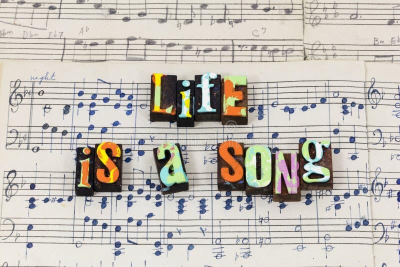 La chanson de la vie chantent à amour vivant la sensation heureuse type vivant d'impression typographique photo stock