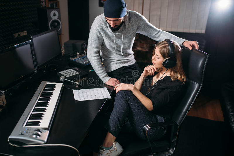 La chanteuse écoutent disque de chanson dans le studio de musique images libres de droits