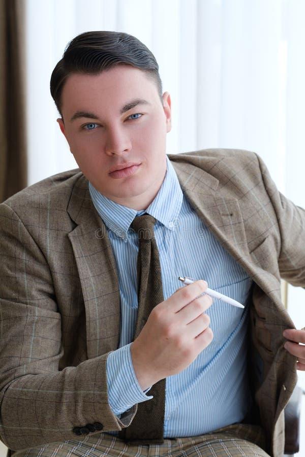 La chaqueta acertada de la pluma del hombre de negocios firma el contrato imagenes de archivo