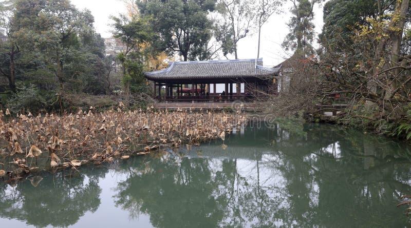 La charca de loto marchitada de Du Fu cubrió con paja el parque de la cabaña, adobe rgb fotografía de archivo