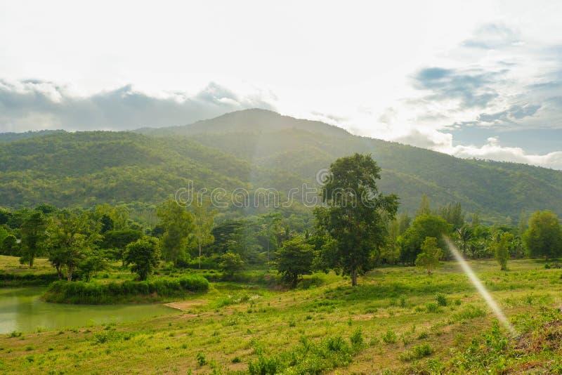 La charca es rodeada por las montañas y el cielo azul fotos de archivo libres de regalías