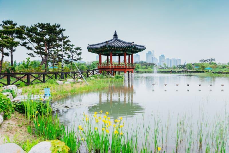 La charca y el pabellón tradicional coreano en el arboreto de Hanbat en Daejeon, Corea imagenes de archivo