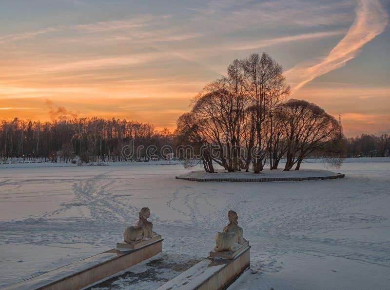 La charca y la isla superiores en Tsaritsyno parquean en la puesta del sol Moscú, Rusia fotos de archivo