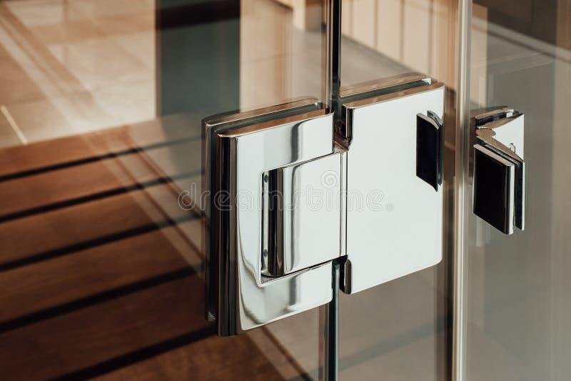 La charnière en verre en métal de porte pour le sauna, la salle de bains ou la douche photographie stock