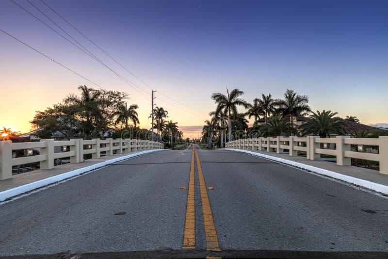 La chaussée de pont au-dessus d'un riverway cela mène à l'océan sur Marco Island images stock