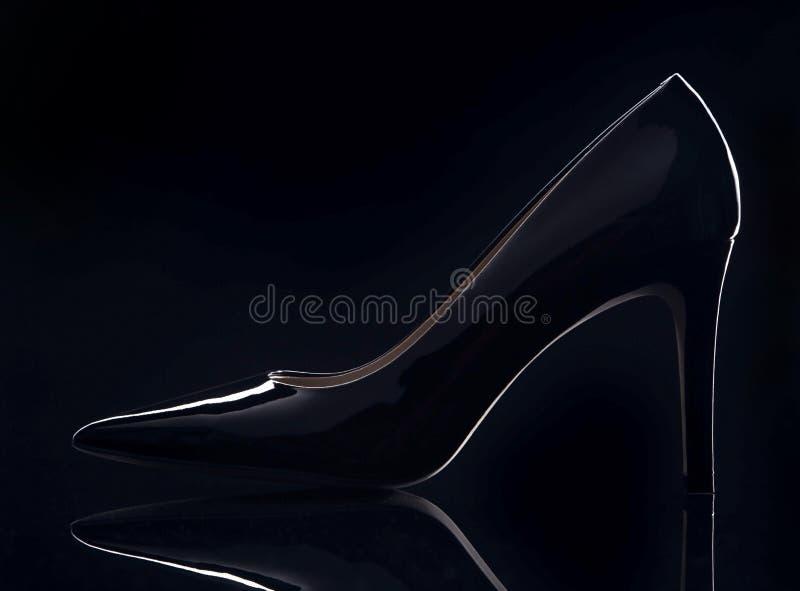 La chaussure des femmes noires de brevet photo libre de droits