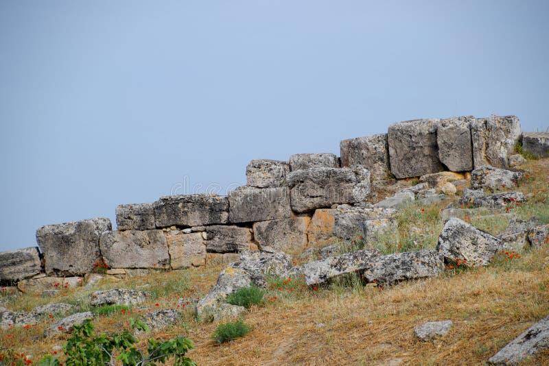 La chaux bloque un mur tremblement de terre-détruit de ville de Hierapolis photos libres de droits