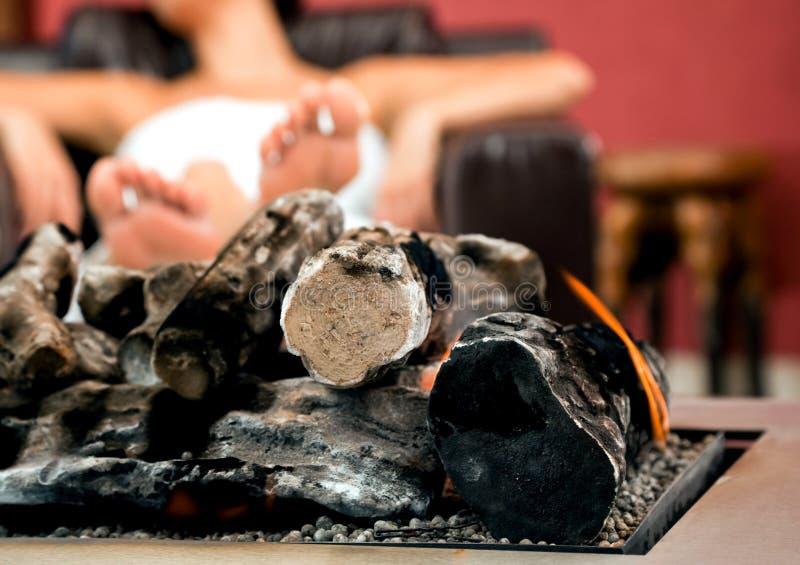 La cheminée détendent la pièce images libres de droits