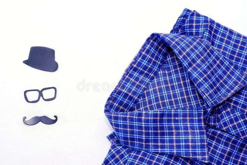 La chemise des hommes sur un fond blanc Carte de concept de jour du ` s de p?re image libre de droits