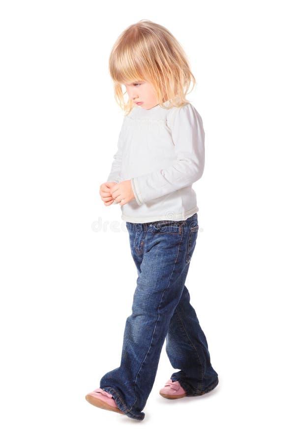 La chemise la petite fille utilisant les jeans et marche photos stock