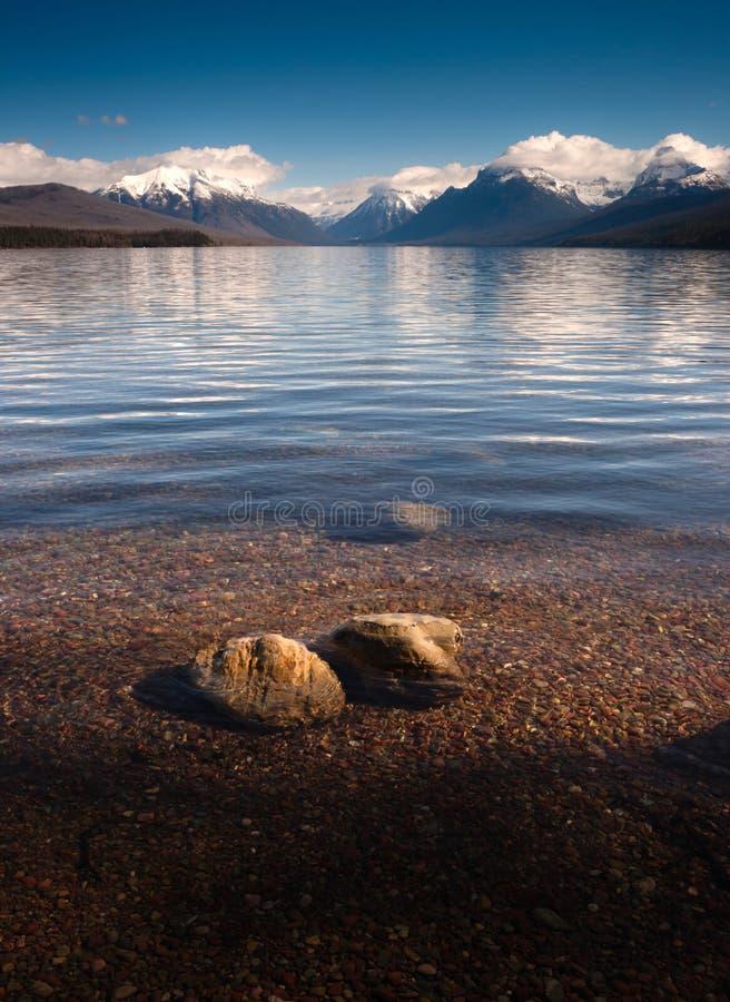 La chiara acqua lucidata oscilla il Glacier National Park di McDonald del lago fotografia stock