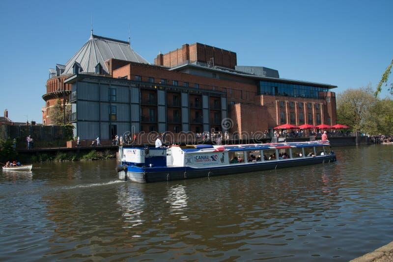 La chiatta bianca e blu rossa si passa il fiume Avon davanti al RSC immagine stock