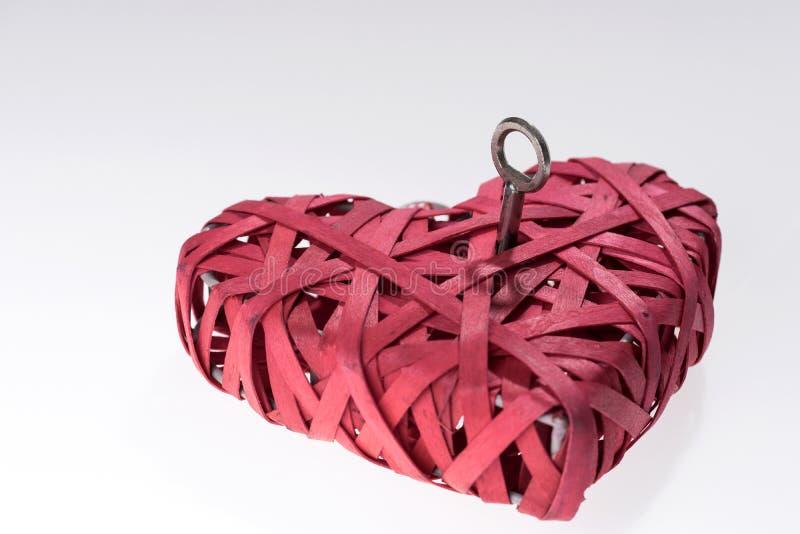 La chiave è in rosso cuore, simbolo di amore fotografie stock libere da diritti