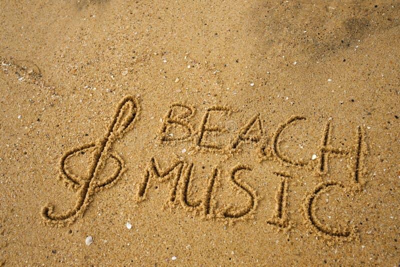 La chiave ed il testo di musica tirano la musica in secco attinta una sabbia immagine stock