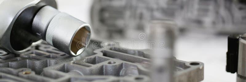 La chiave per la riparazione dell'automobile si trova sul dettaglio fotografie stock