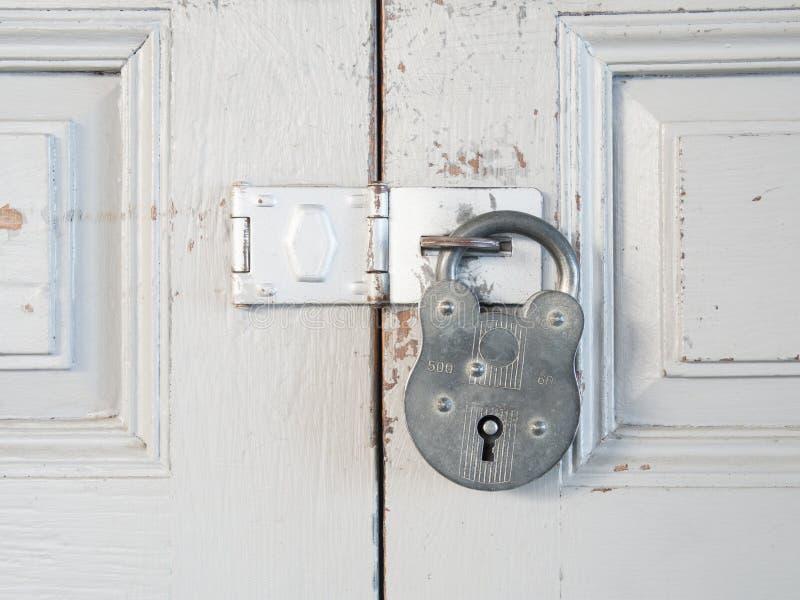 La chiave primaria d'annata è fissa la porta di legno immagini stock