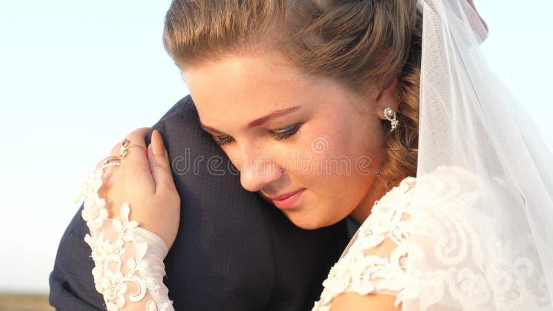 La chica joven abraza el hombre querido y sonrisas Sensaciones románticas y blandas entre el hombre y la mujer fotos de archivo