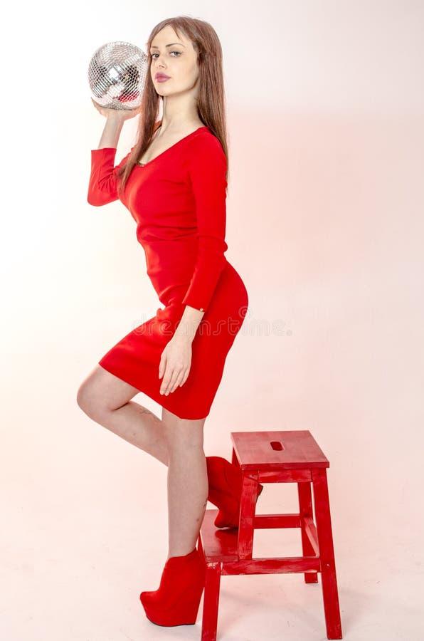 La Chica Joven Con Una Figura Hermosa En Un Vestido Rojo De Moda En ...