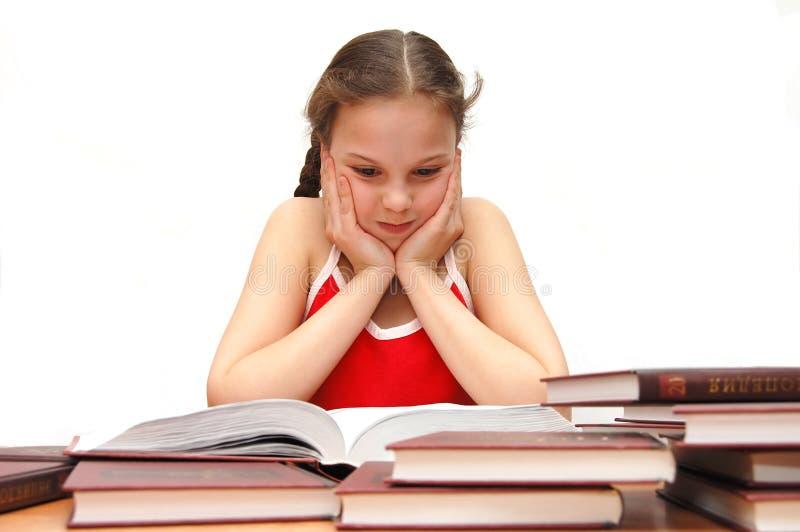 La chica joven el adolescente lee los libros fotografía de archivo