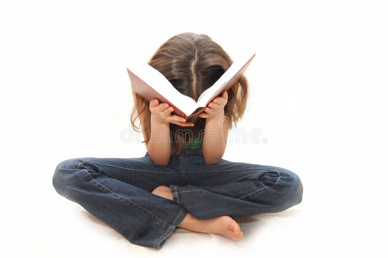 La chica joven el adolescente lee los libros fotos de archivo libres de regalías