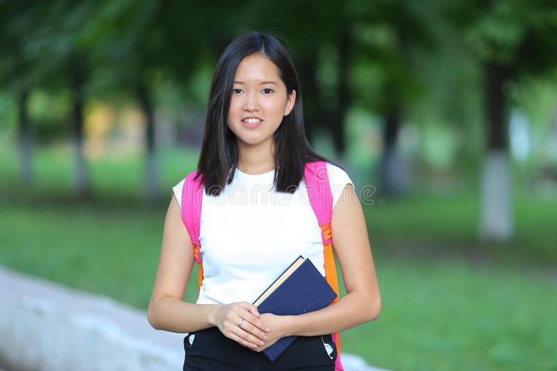La chica joven en el parque es paso que camina imágenes de archivo libres de regalías