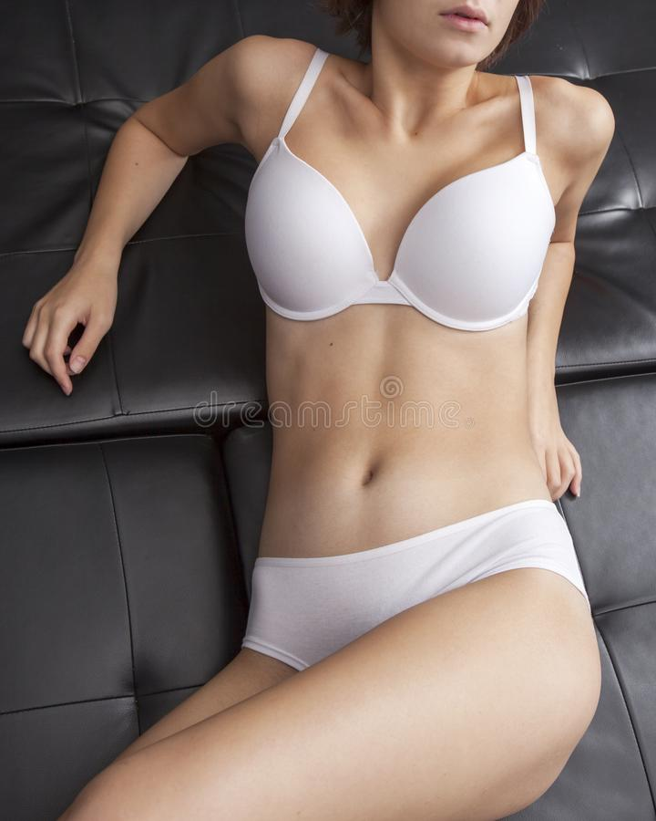 Download La Chica Joven En Ropa Interior Blanca Hermosa Miente En La Cama Imagen de archivo - Imagen de cara, mentiras: 100529665
