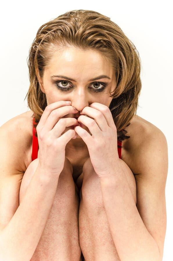 La chica joven en ropa interior en cama que llora y que limpia rasga manchar sus manos fotografía de archivo libre de regalías