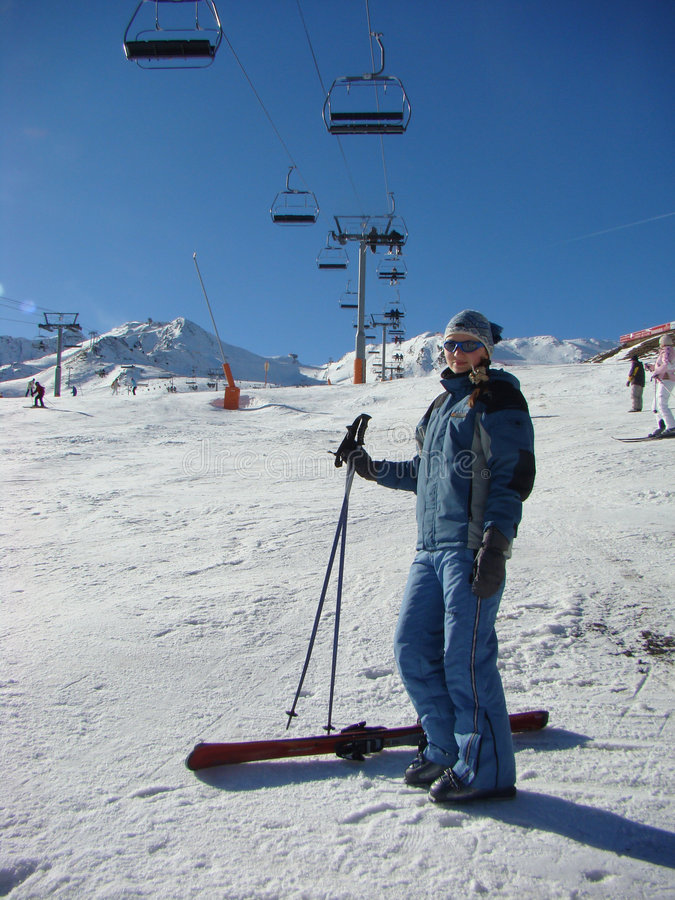 La chica joven en un centro turístico de esquí del montaje fotografía de archivo libre de regalías