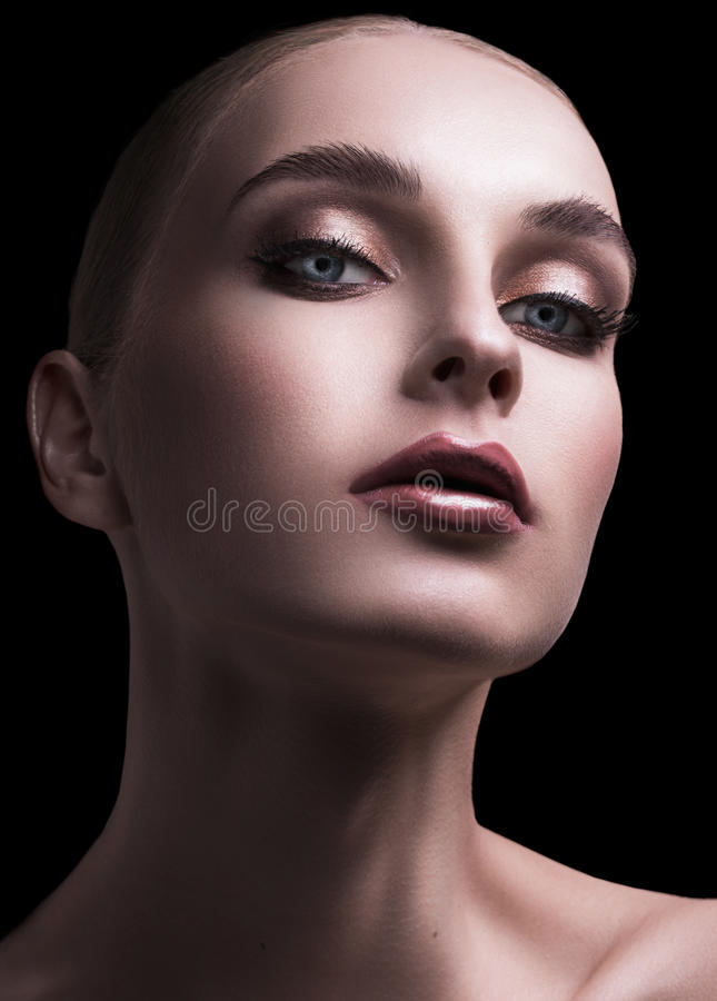 La chica joven en un modelo interesante mira abajo imagenes de archivo
