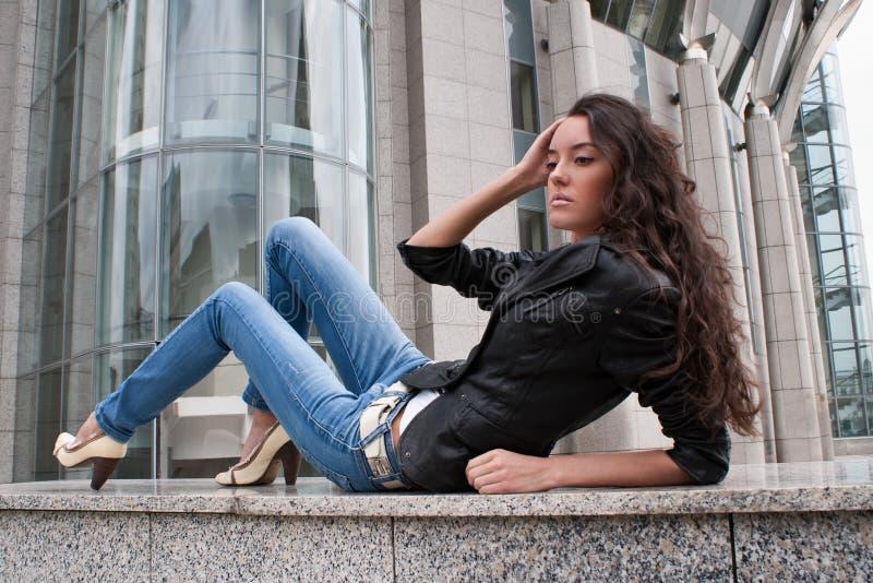 La chica joven en un paisaje de la ciudad imagenes de archivo