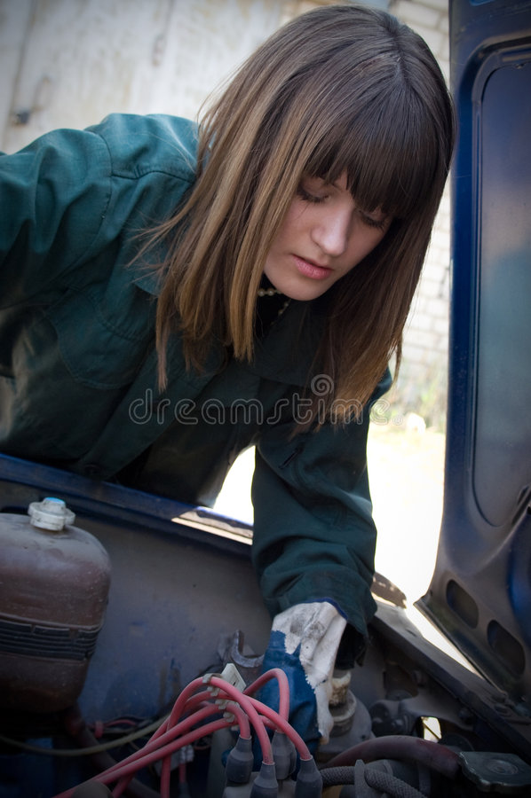 La chica joven es mecánico foto de archivo libre de regalías