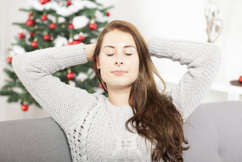 La chica joven es relajante después de que tensión de la Navidad fotografía de archivo