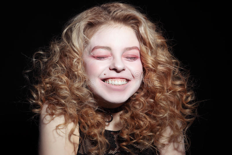 La chica joven estalla hacia fuera la risa imágenes de archivo libres de regalías