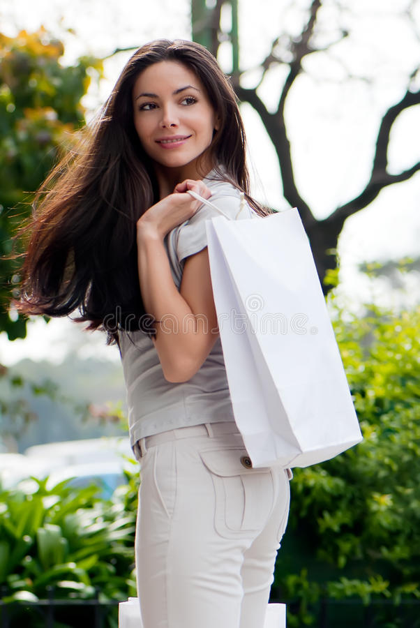 La chica joven hermosa con un bolso de compras imagen de archivo libre de regalías
