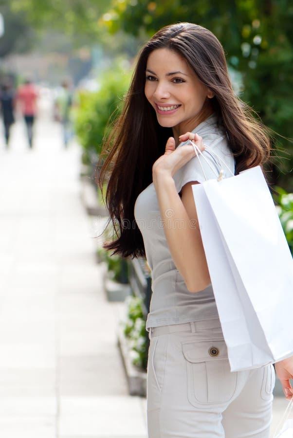 La chica joven hermosa con un bolso de compras imagenes de archivo