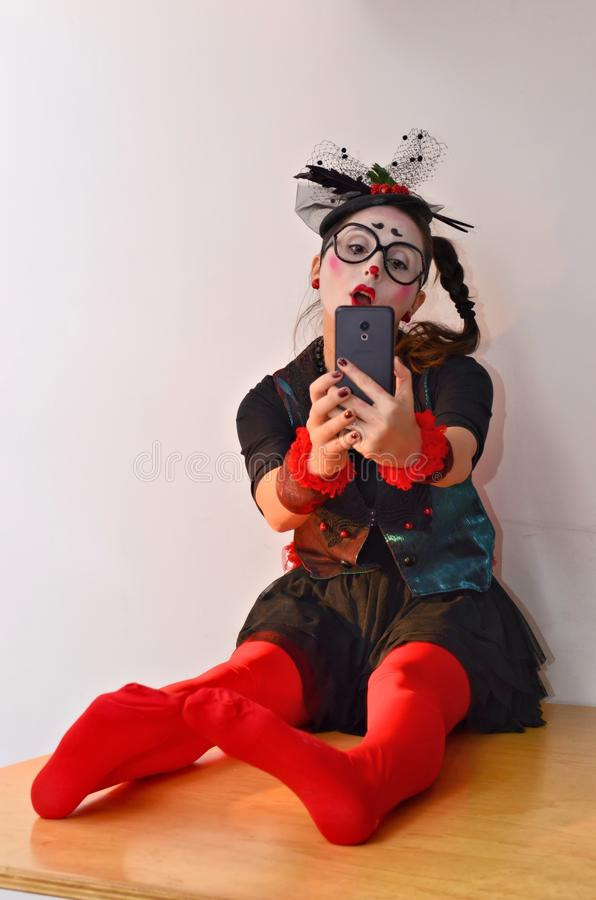 La chica joven hermosa imita, haciendo el selfie imagenes de archivo