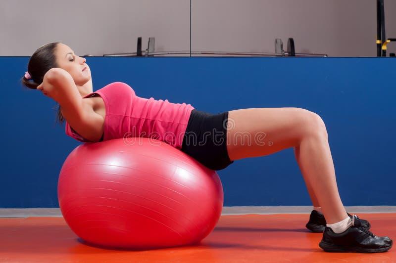 Entrenamiento lindo del abdomen de la muchacha con la bola imagenes de archivo