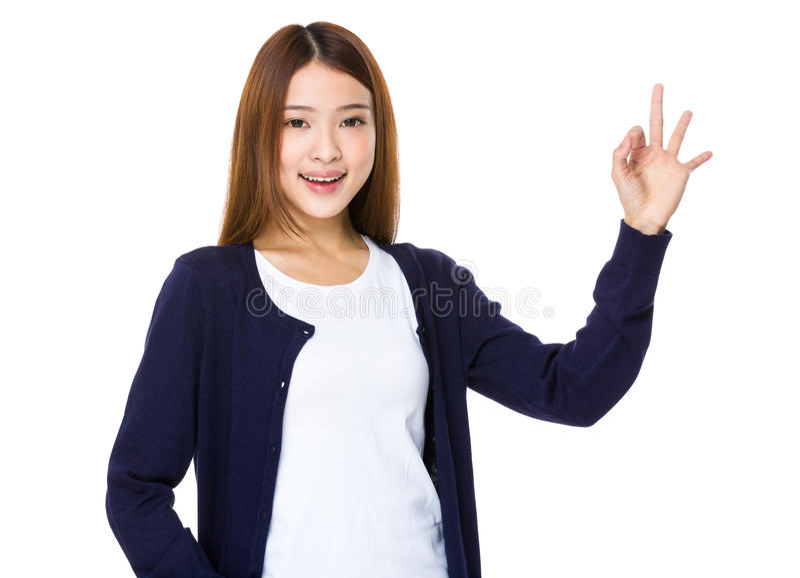 La chica joven hermosa que muestra los pulgares sube gesto fotos de archivo libres de regalías