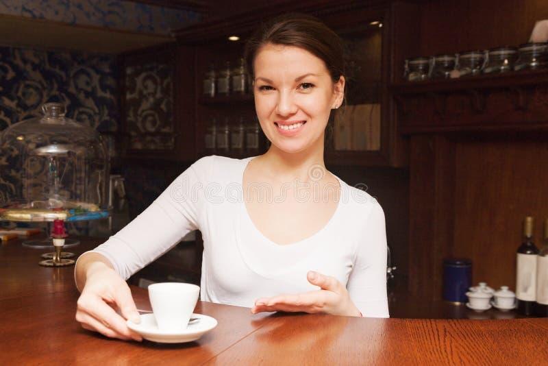 La chica joven hizo el café imagen de archivo libre de regalías