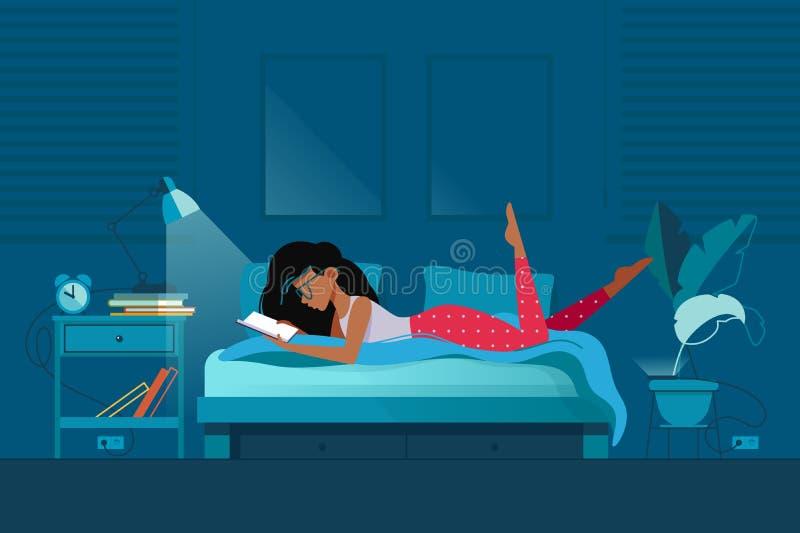 La chica joven lee el libro bajo luz de la lámpara en el dormitorio libre illustration