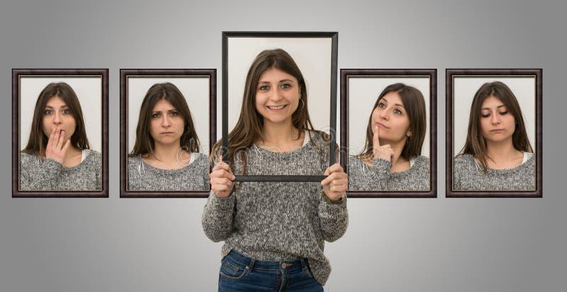 La chica joven linda muestra diversas expresiones faciales como si ella estuviera dentro de una imagen Concepto de diversas emoci fotos de archivo