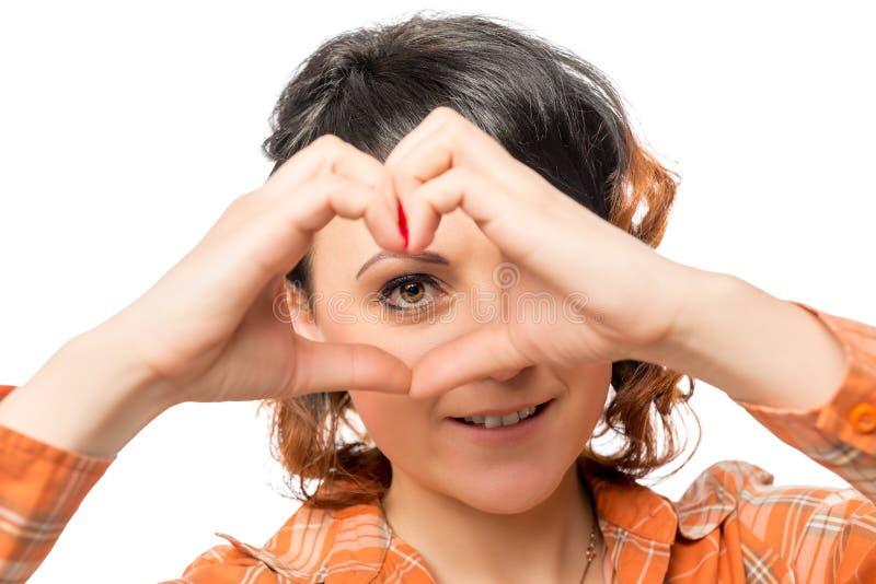 La chica joven muestra a manos un corazón imágenes de archivo libres de regalías