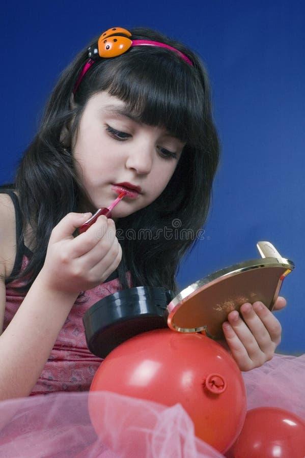 La chica joven que juega con ella compone el kit fotos de archivo libres de regalías
