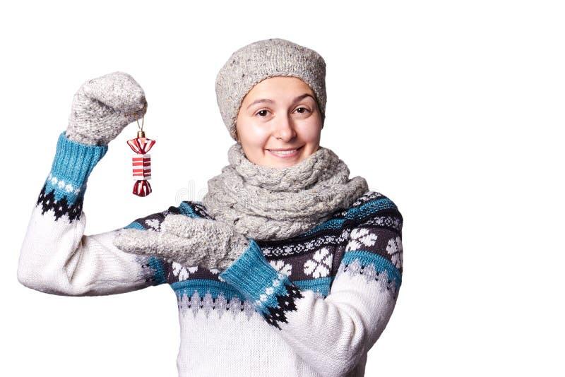 La chica joven que lleva a cabo una Navidad juega, caramelo de las decoraciones Copyspace fotografía de archivo libre de regalías