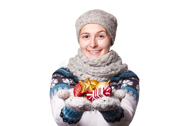 La chica joven que lleva a cabo una Navidad juega, las decoraciones Copyspace fotografía de archivo