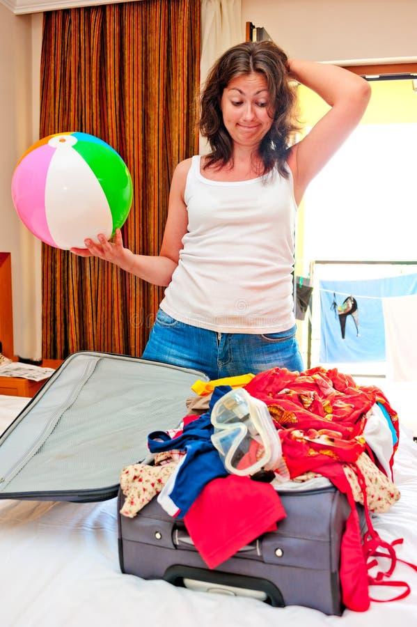La chica joven recoge el mar de la maleta imagen de archivo