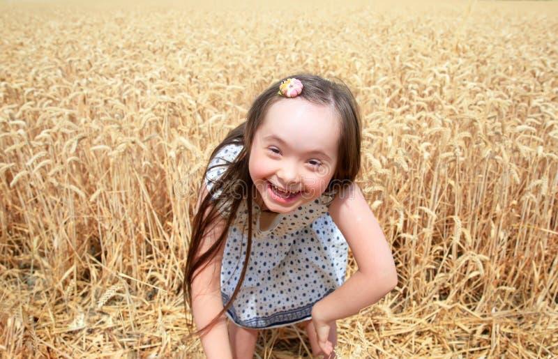 La chica joven se divierte en campo de trigo imagenes de archivo