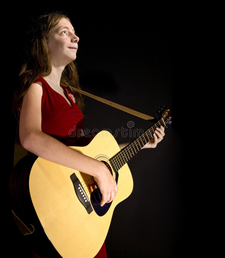 La chica joven se realiza en la guitarra imágenes de archivo libres de regalías
