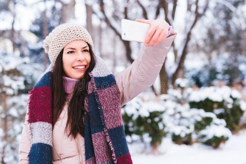 La chica joven toma un autorretrato imagen de archivo libre de regalías
