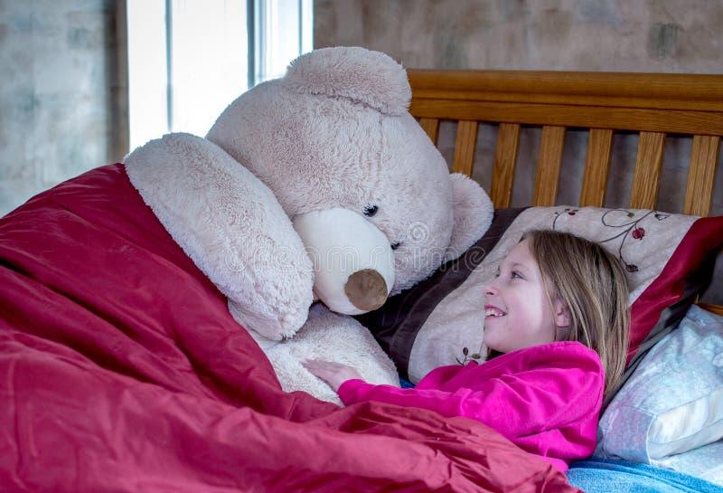 La chica tiene una charla de almohada con su amiga foto de archivo libre de regalías